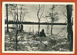 """Waffen-SS - Propaganda-Postkarte - """" Kampf der SS-Gebirgsdivision ' Nord ' in Karelien """" - Gut getarnt auf Posten vor dem Feind"""
