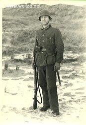 Foto eines Angehörigen des Heeres mit Stahlhelm und Karabiner 98K