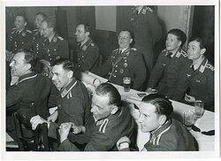 """Pressefoto """"Gruppenkommandeur und Staffelkapitän haben Freude an dem Humor der Soldaten"""""""