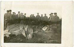 Foto Fliegerei 1.Weltkrieg: ein abgeschossenes feindliches Flugzeug