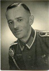 """Portraitfoto eines Unteroffiziers mit Schützenschnur und Regimentszahlen """"607"""" auf den Schulterklappen"""