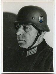 Foto eines Offiziers der Wehrmacht mit Stahlhelm