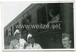 Foto, Verabschiedung von Angehörigen der Luftwaffe in Sommeruniform, Italien 1943