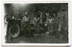 Foto, Angehörige der Luftwaffe vor einem LKW