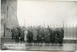 Foto Mitglieder der NSDAP und der Allgemeinen SS vor dem Olympia Stadium in Berlin