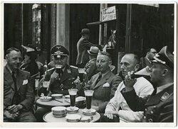 Pressefoto, Hauptmann beim Mittag mit seinen Kameraden