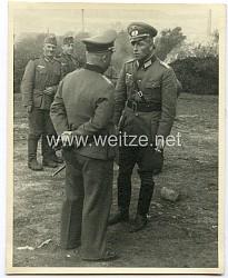 Foto, Angehörige der Wehrmacht bei einer Besprechung