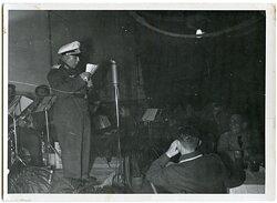 Pressefoto, Komiker der Luftwaffe unterhält Angehörige der Streitkräfte
