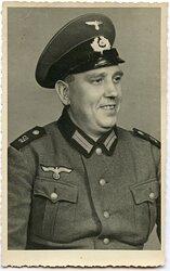 Portraitfoto eines Angehörigen der Wehrmacht mit Schirmmütze