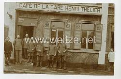 """Foto Erster Weltkrieg: Soldaten vor dem """"Cafe de la Gare Henri Thelier"""""""