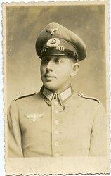 Fotoportrait eines Angehörigen der Infanterie mit Schirmmütze