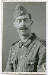 Portraitfoto eines Gefreiten der Wehrmacht mit SA-Sportabzeichen