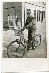 Foto, Gefreiter der Wehrmacht auf einem Fahrrad