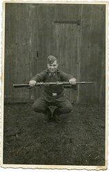 Foto, Angehöriger der Luftwaffe bei Aufwärmübungen