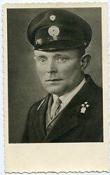 Portraitfoto, Oberpostschaffner mit Schirmmütze