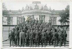 Mannschaftsfoto von Unteroffizieren der Wehrmacht mit einem Angehörigen des KdF