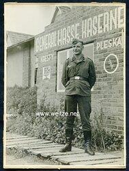 Foto, Unteroffizier der Luftwaffe vor dem Eingang zur General Hasse Kaserne