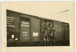 Foto, Angehörige des K.G.257 beim Abtransport