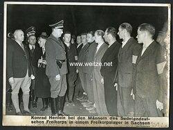 Pressefoto, Konrad Henlein bei den Männern des Sudetendeutschen Freikorps in einem Freikorpslager in Sachsen