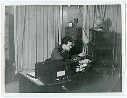 Foto, Angehörige der Wehrmacht beim justieren der Radioanlage