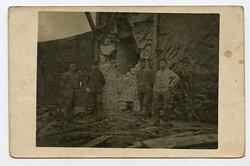 1.Weltkrieg Foto: Angehörige des Feld-Artillerie-Regiment Nr.46 bei der Begutachtung der Artillerieeinschläge