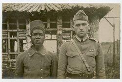 Foto, Gefangener Amerikanischer Pilot und ein Soldat aus den Französischen Kolonien