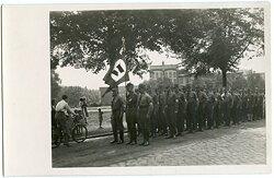 Foto, Aufmarsch von Angehörigen der NSDAP