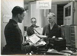 Pressefoto, Soldat der Luftwaffe bei der Geschenkausgabe