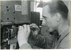 Pressefoto, Elektriker der Luftwaffe beim Instandsetzen eines Empfängers