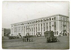 Foto, Soldaten bei den Vorbereitungen für die Ankunft des Kaisers auf dem Kasernengelände 1916