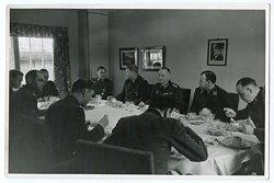 Foto, General der Wehrmacht beim essen Frühjahr 1945