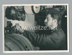 Pressefoto, Matrose der Kriegsmarine im Maschinenraum