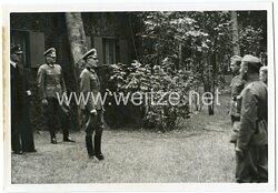 Portraitfoto, Offizier der Wehrmacht spricht zu den Wehrmachtsoldaten