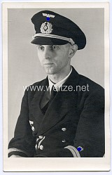 Portraitfoto eines Oberleutnants und Beamten der Kriegsmarine