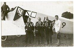 20. Jahre, ziviler Feldflugplatz mit Junkers Maschine und Passagieren dabei ein Bürgermeister mit Seiner Kette.