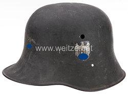 Wehrmacht Stahlhelm M 17 mit 2 Emblemen von einen GI erbeutet