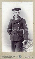 Kabinettfoto Kaiserliche Marine Obermatrose der Matrosen-Divison im Überzieher