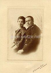 Kabinettfoto Kaiserliche Marine Ober-Maschinistenmaat im Überzieher mit seiner Frau