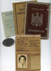 Kriegsmarine - Dokumentengruppe mit Erkennungsmarke für eine Angestellte an der Schiffsartillerie-Schule in Kiel