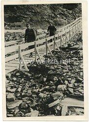Wehrmacht Pressefoto, Soldaten Marschieren über eine Holzbrücke