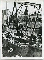 Wehrmacht Pressefoto, Instandsetzung eines Feldgeschützes