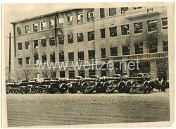 Wehrmacht Pressefoto, Feldgeschütze auf einem Fuhrpark im Osten