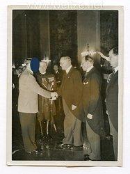 III. Reich Pressefoto. 37386. Der Glückwunsch der Ungarischen Delegation 20.4.1939