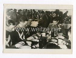 III. Reich Pressefoto. der junge König Michael feiert zusammen mit seinen Soldaten. 8.5.1941.