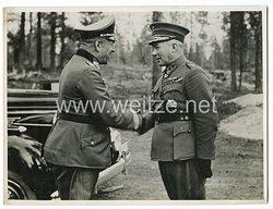 Wehrmacht Pressefoto, GeneralleutnantFerdinand Noeldechen bei einem Gespräch mit dem finnischen General Hjalmar Siilasvuo