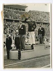 III. Reich Pressefoto. Olympische Siegerehrung für die besten Stabhochspringer der Welt. 6.8.1936.