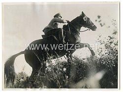 Wehrmacht Pressefoto, Preisträger mit Hauptmann Stubbendorff führt in der Potsdamer Military