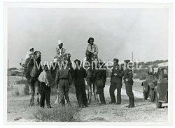 Luftwaffe Pressefoto, Soldaten sprechen mit Einheimischen in Nordafrika