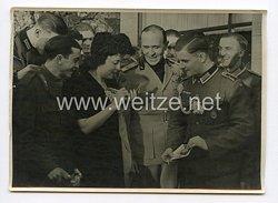III. Reich Pressefoto. Deutsche und Italienische Verwundete als Gäste beim Botschafter Alfieri. 7.4.1942.
