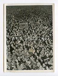 III. Reich Pressefoto. Die Gratulanten auf den Wilhelmplatz. 20.4.1939.